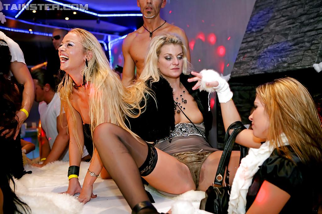 Пьяные девушки удовлетворили незнакомых парней на вечеринке