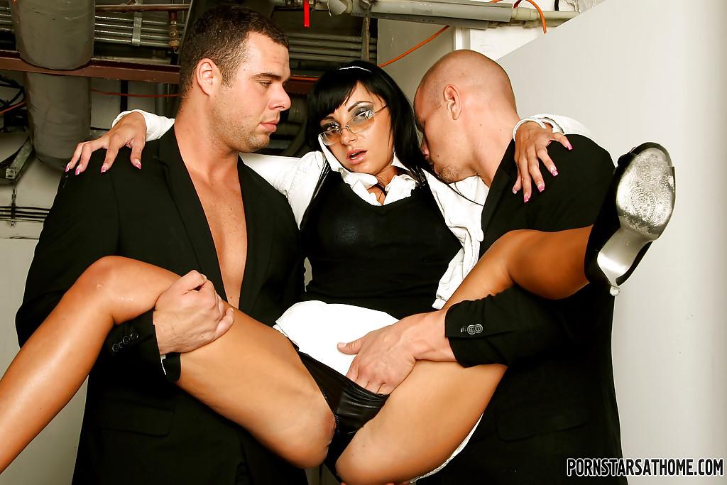 Veronica Diamond и два крепких паренька хорошенько трахнулись