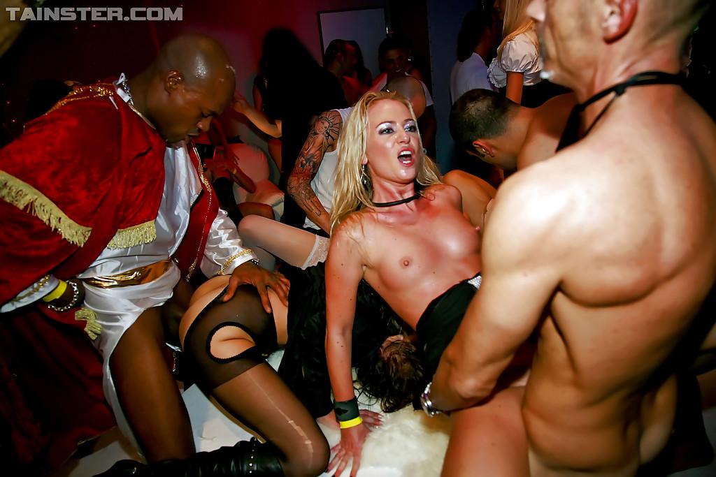 Новогодняя секс вечеринка с возбужденными потаскухами