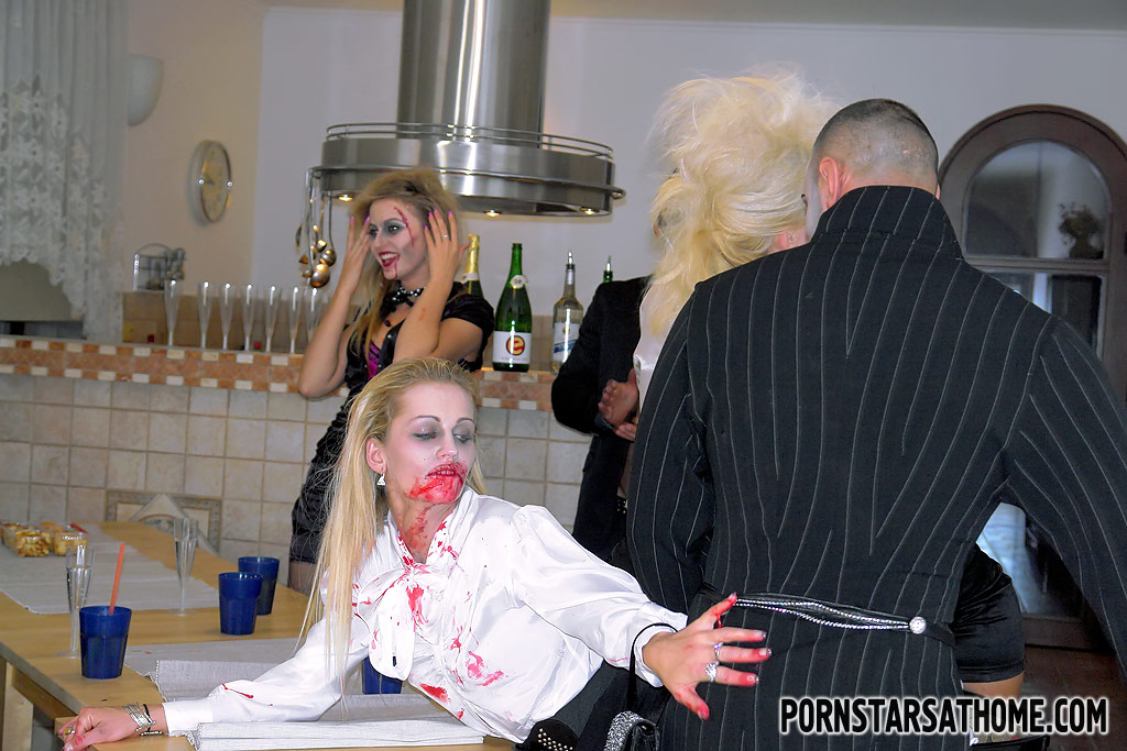 Очень откровенная групповая оргия на Хэллоуин