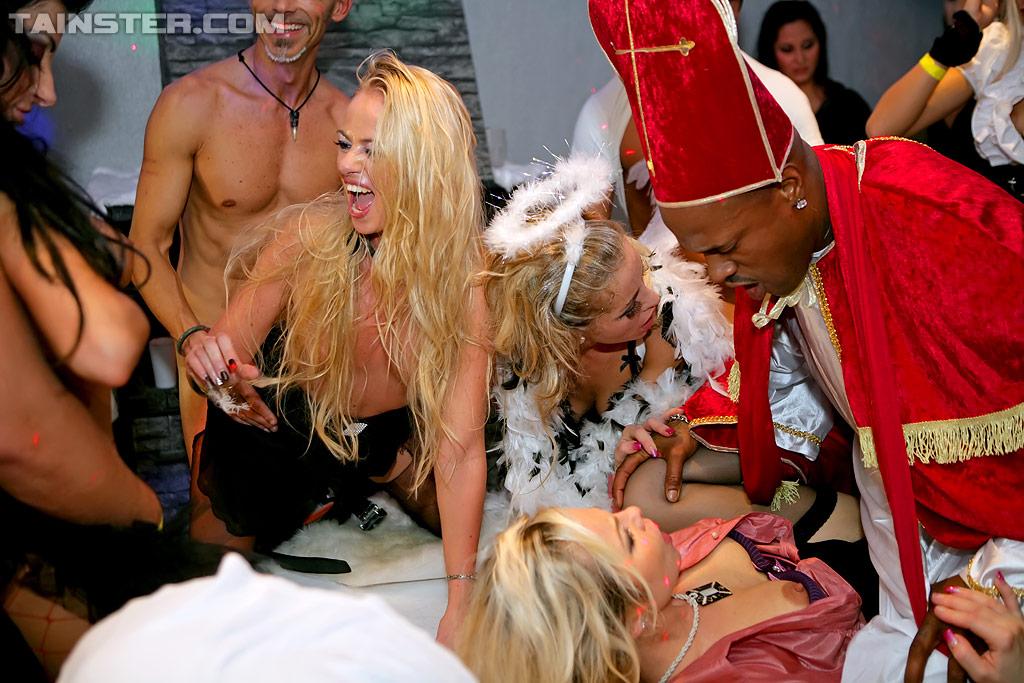 Отличная групповушка с пьяными девушками на секс вечеринке