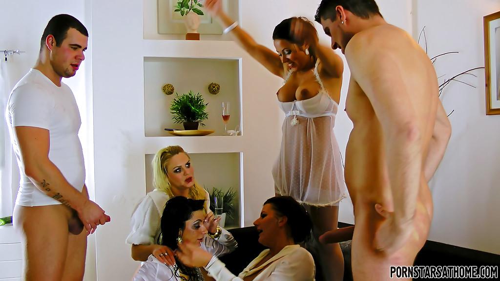 Откровенный групповой секс с раскрепощенными красавицами