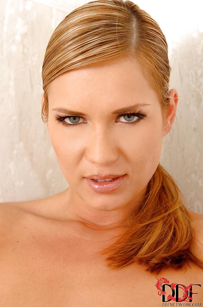 Шикарная блондинка мастурбирует промежность в ванной