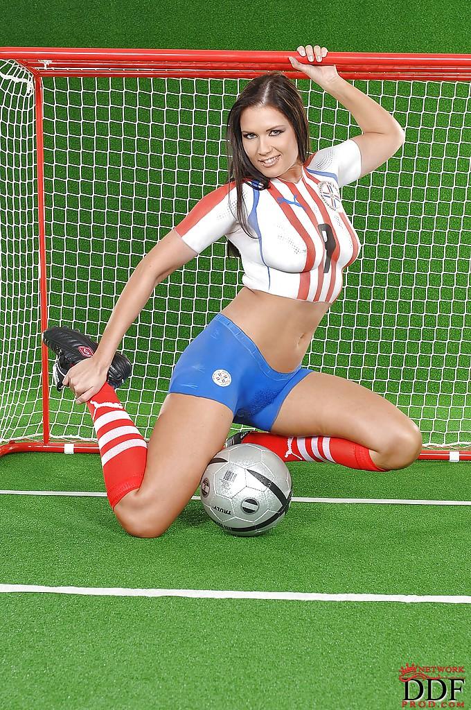 Эротика от привлекательной брюнетки с футбольным мячом