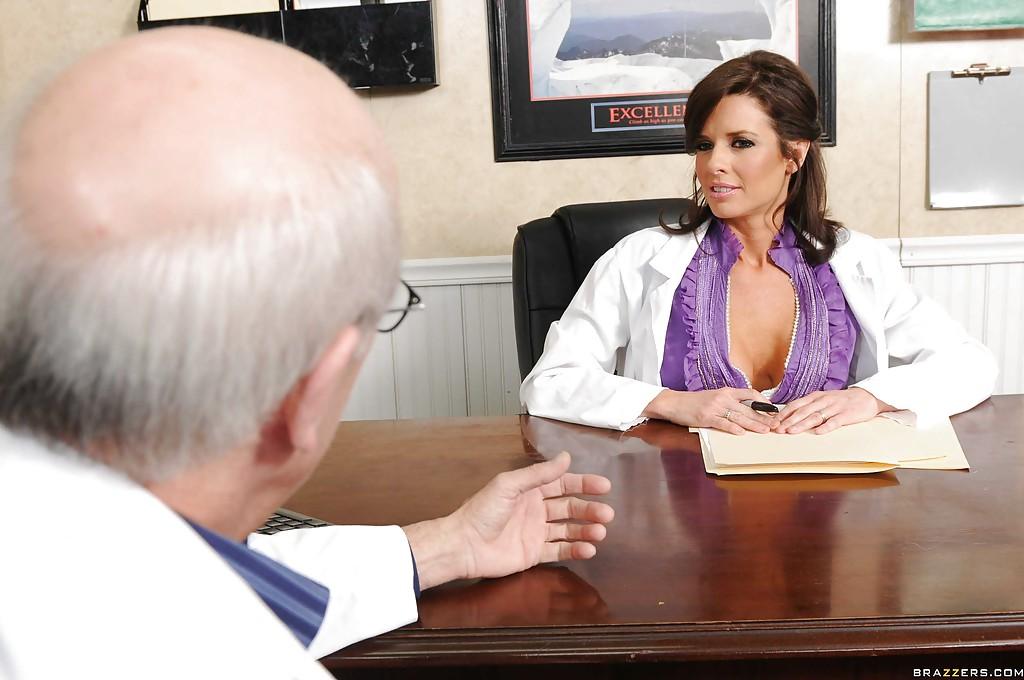 Женщина в белом халате перепихнулась с молоденьким пациентом