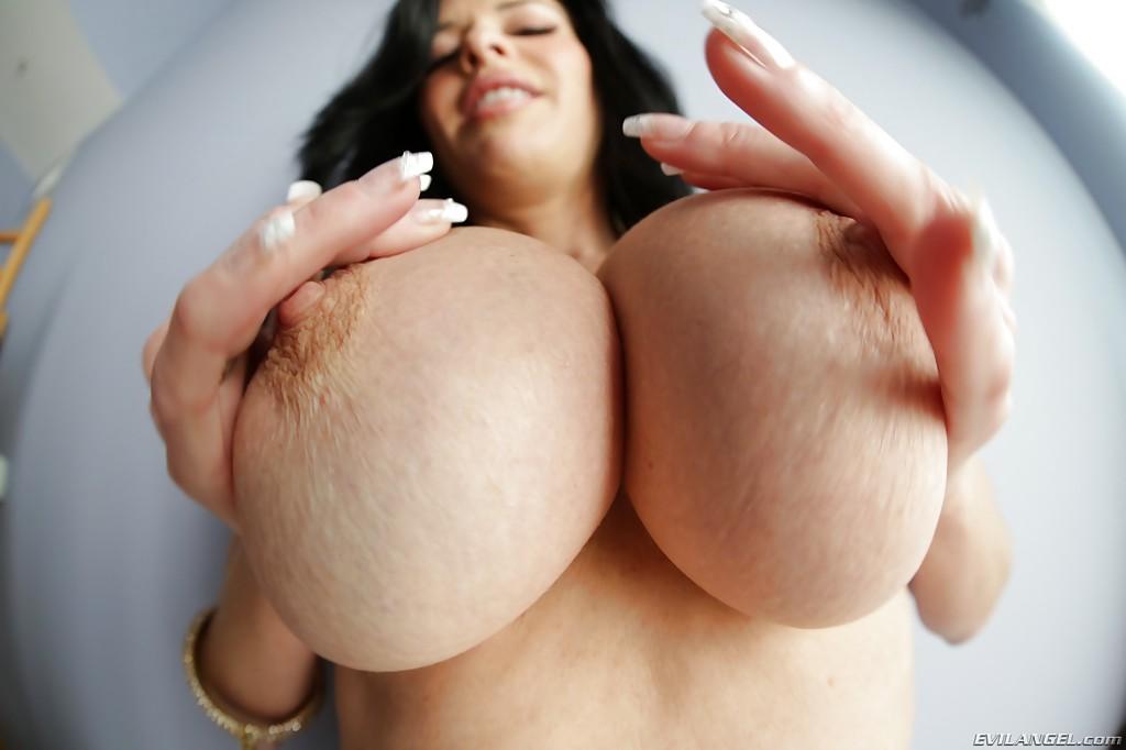 Veronica Avluv демонстрирует большие груди крупным планом