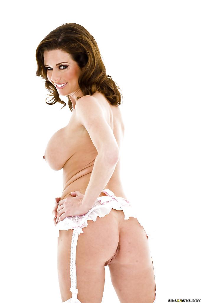 Изумительная Вероника Авлув в сексуальном нижнем белье белого цвета