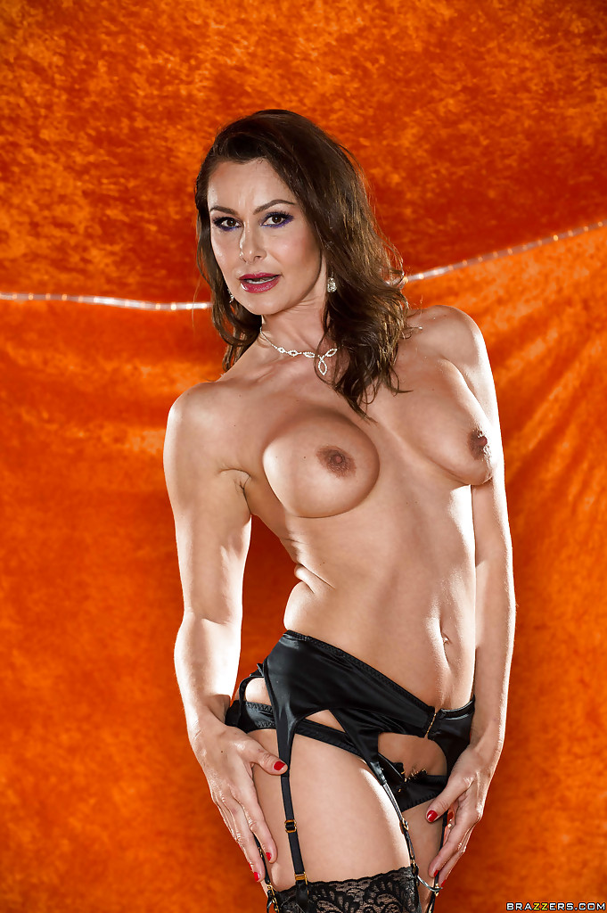 Длинноногая зрелая красавица в сексуальном нижнем белье