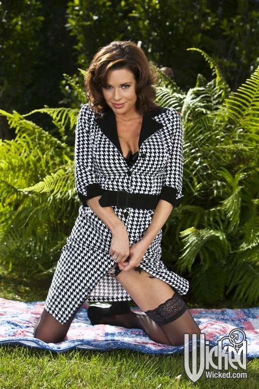 Эротические фото от сексапильной зрелой брюнетки в нижнем белье