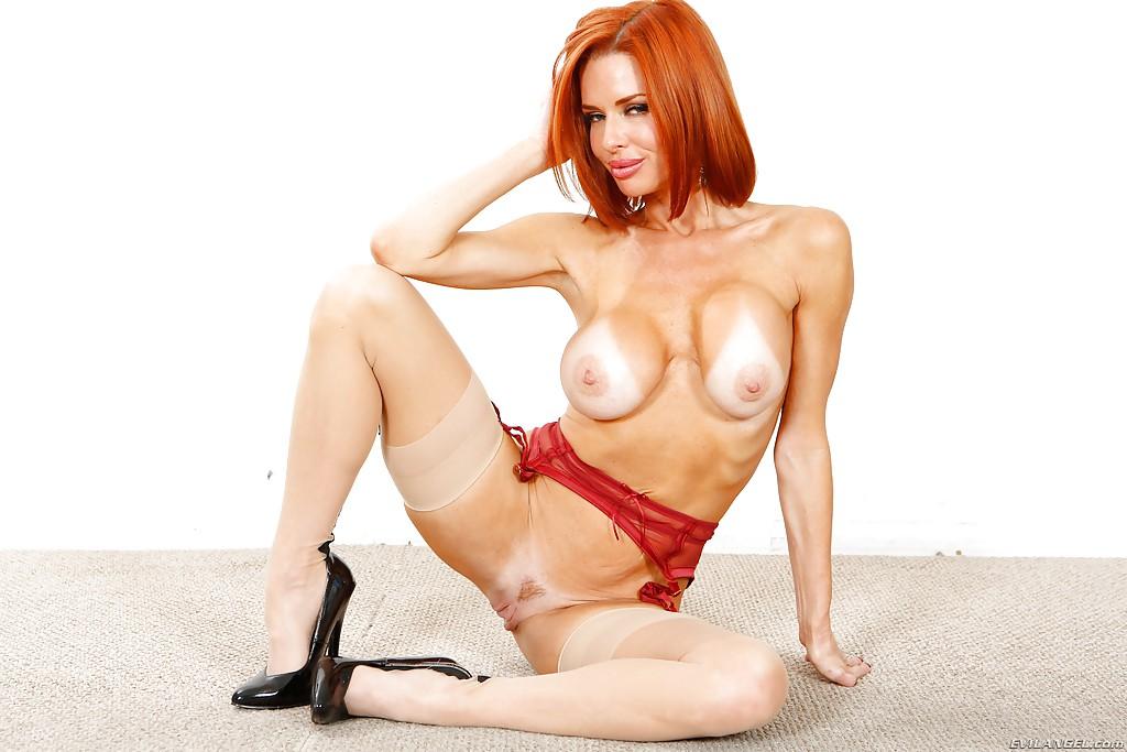 Великолепная рыжеволосая женщина хвастается ухоженными дырочками