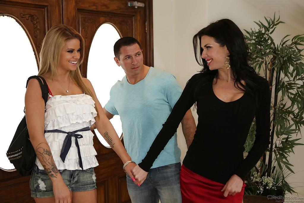 Вероника Авлув вместе со своей лучшей подружкой ублажили пацана