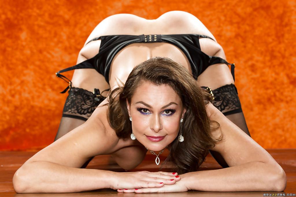 Зрелая шлюшка в сексуальном нижнем белье и в черных чулках