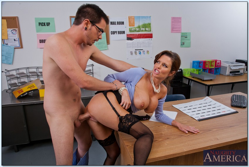 Паренек угощает членом сногсшибательную зрелую начальницу