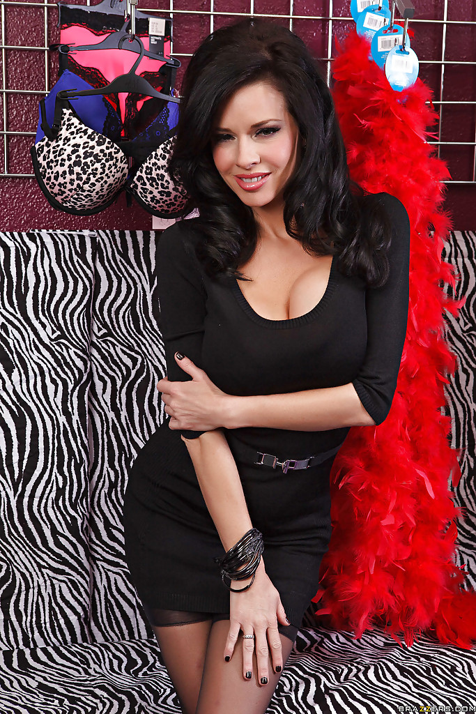 Соблазнительная женщина с большими силиконовыми сиськами