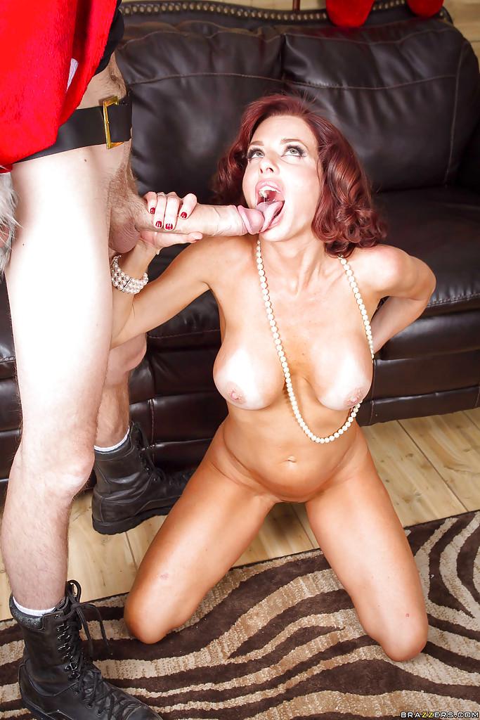 Рыжая женщина обожает парней с огромными членами