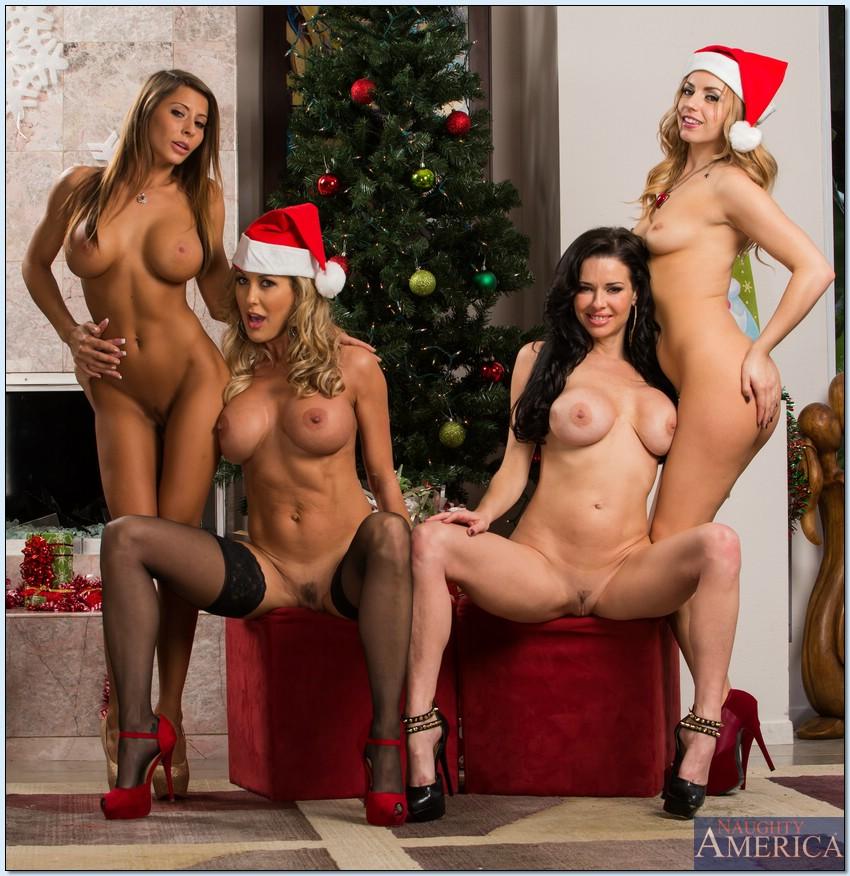 Четыре умопомрачительные девушки откровенно позируют