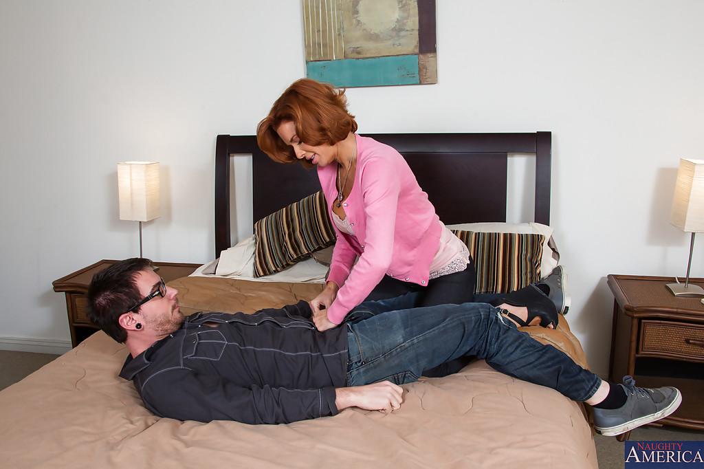 Парнишка разложил женщину на кровати и отодрал между ног