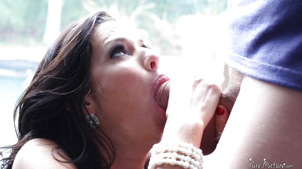 Женщина с силиконовыми сиськами радует парня горячим отсосом