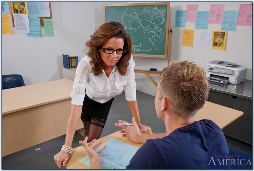 Сексуальная и похотливая преподавательница трахнулась со студентом