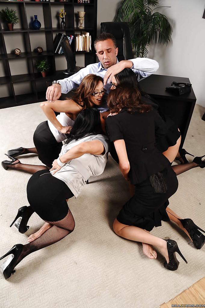 Сногсшибательные девушки трахнулись с парнем в порядке очереди