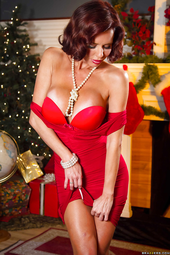 Очень сексуально снимает с себя трусики красного цвета