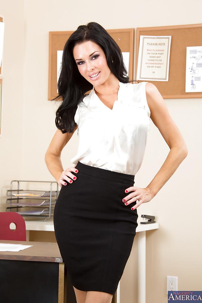 Сексапильная и гламурная секретарша в эротическом нижнем белье