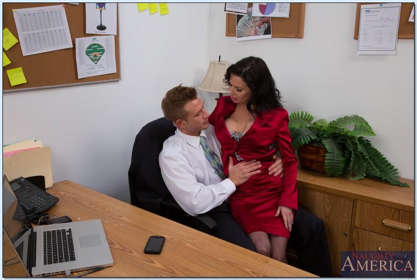 Страстное совокупление сотрудников прямо в офисе