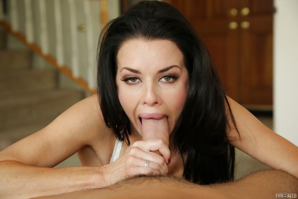 Сексуальная дама Veronica Avluv радует парня глубокой глоткой