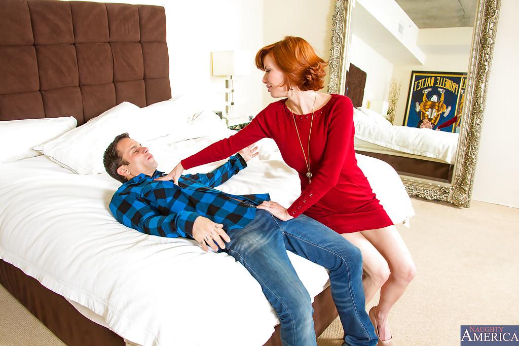 Рыжеволосая бабенка раздвигает ножки перед своим любовником