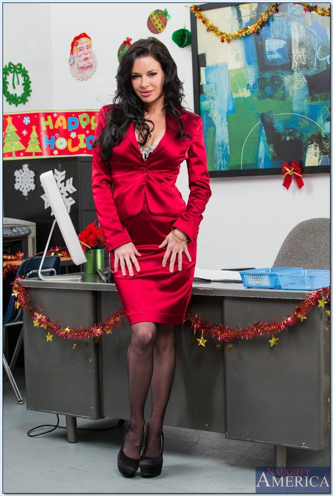 Сучка осталась в офисе и помастурбировала вагинальную дырку