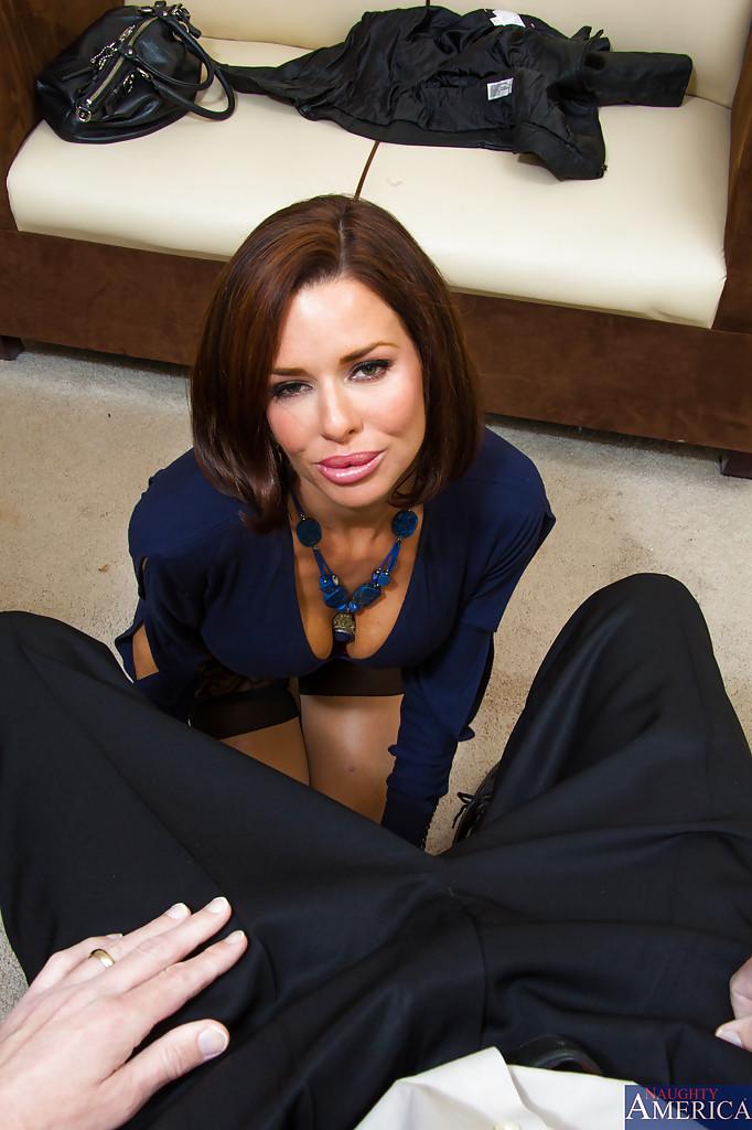 Красотка Вероника лежит на столе и принимает пенис в себя