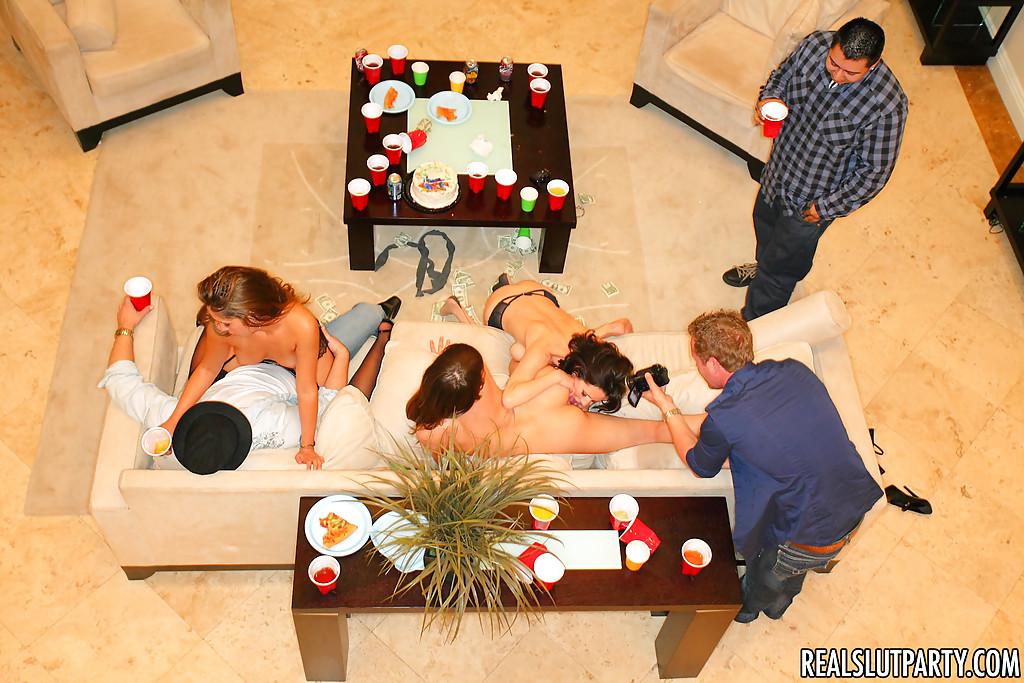 Пьяным девушкам захотелось сексуальных развлечений