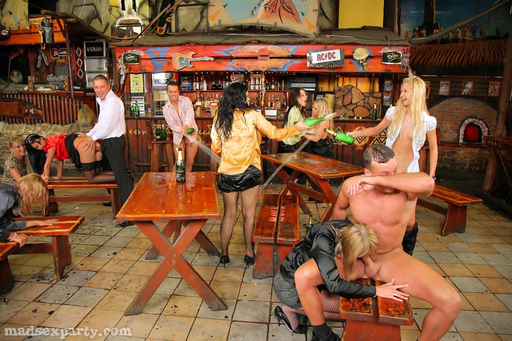 Пьяных девушек развели на страстное групповое совокупление