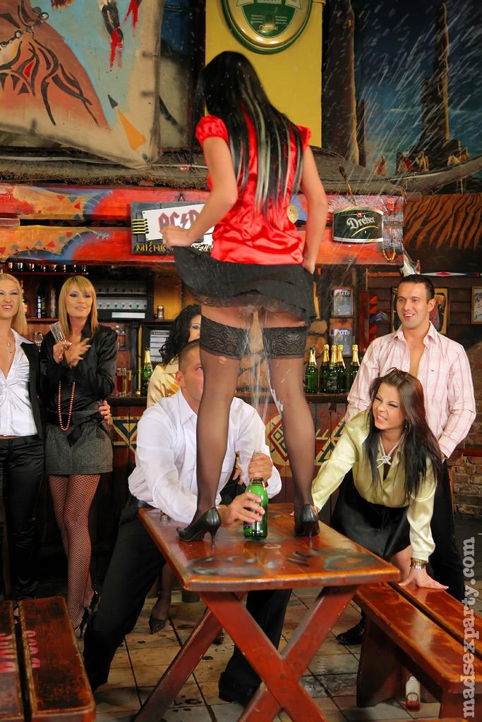 Пьяных девок легко развели на групповое половое сношение