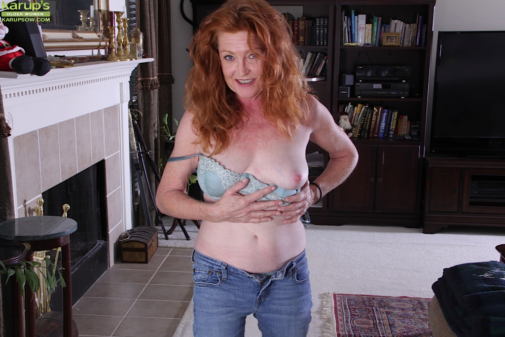 Рыжая старушка Veronica Smith снимает джинсы и показывает пизду
