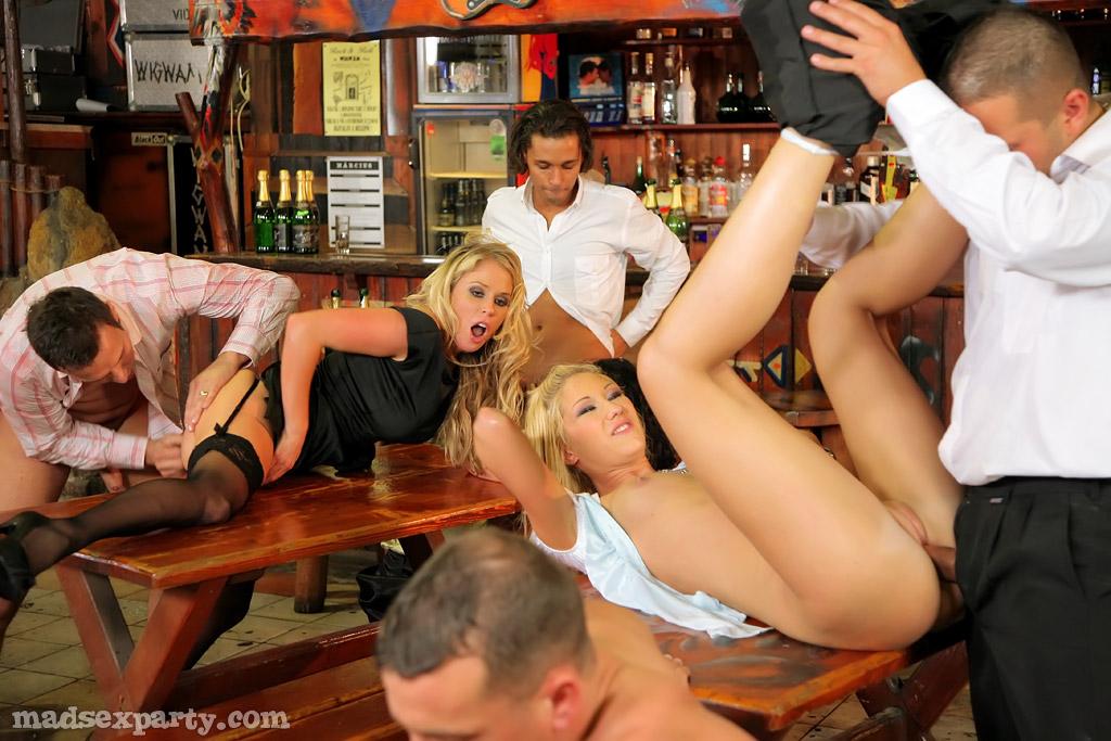 Развратный групповой секс с красавицами в баре
