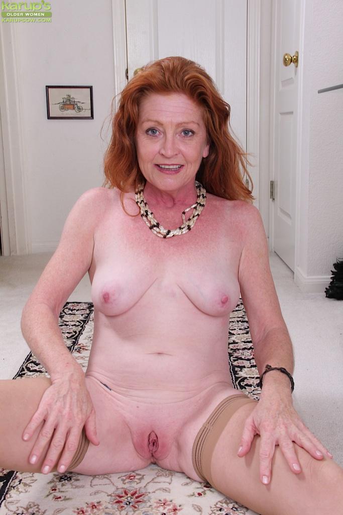 Рыжая баба в телесных чулках хочет трахаться