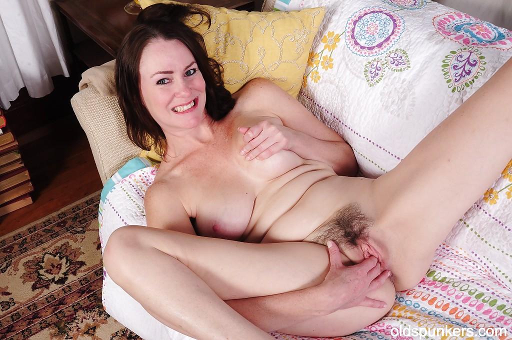 Мадам мастурбирует небритую киску и облизывает соски