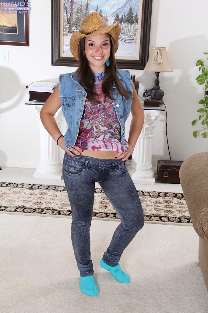Совершеннолетняя девица раздвигает ножки и дрочит пизденку