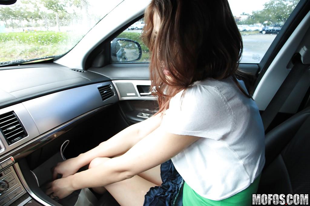 Молоденькой девушке захотелось помастурбировать в машине