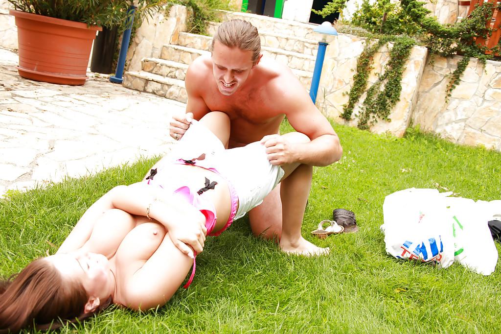 Занимается сексом с привлекательной подружкой на заднем дворе
