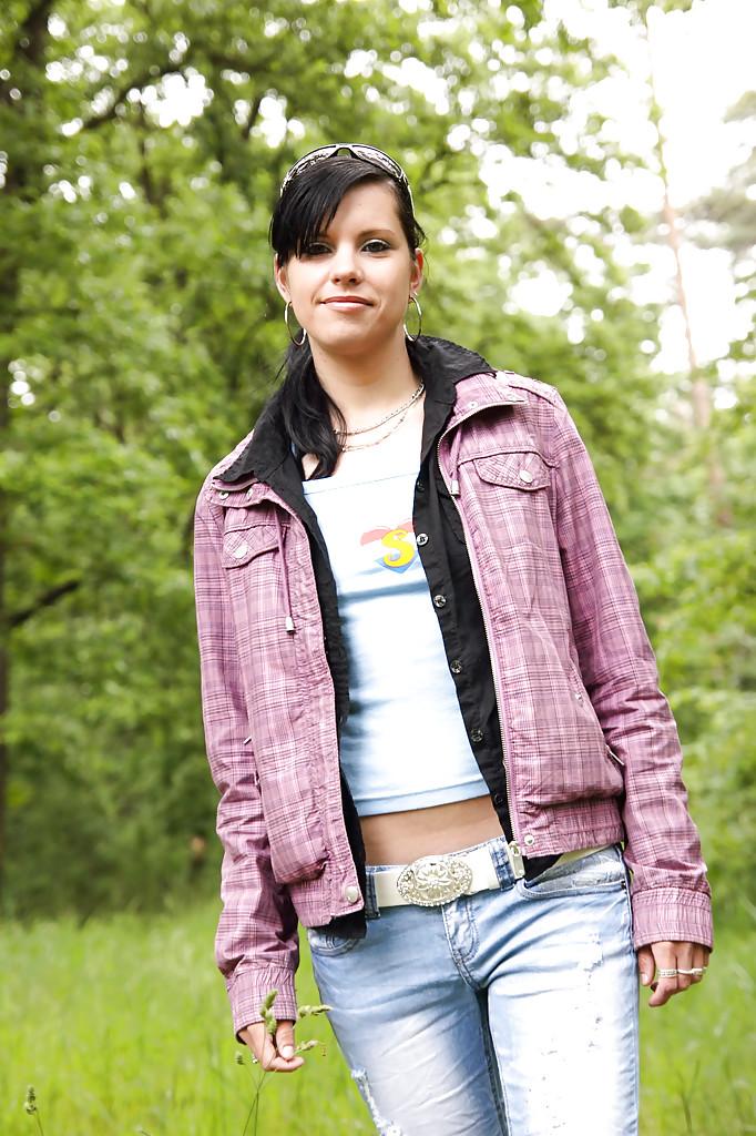 Молодка Veronica N показала маленькую грудь на природе
