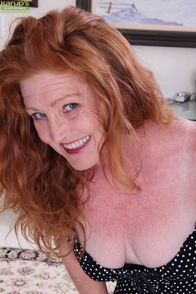 Рыжеволосая баба показывает бритую пизду в разных позах