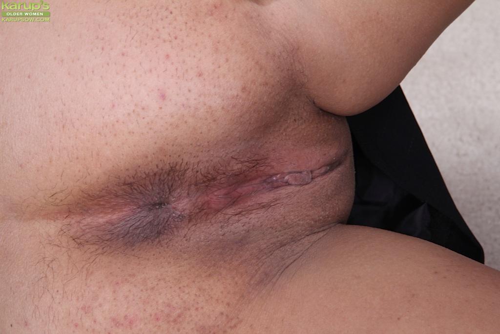 Пышная зрелая стерва выставляет напоказ интимные зоны