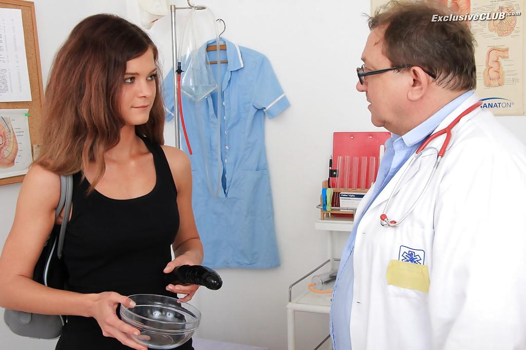 Старый доктор осматривает влагалище молоденькой девахи