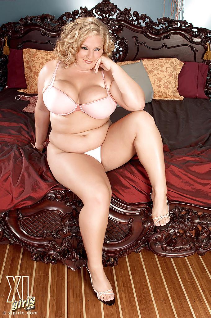 Жирная блондинка Veronica Vaughn не постеснялась раздеться
