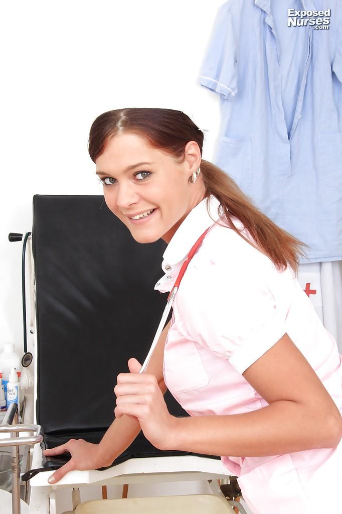 Молодая медсестра закрылась в кабинете и показала вагину