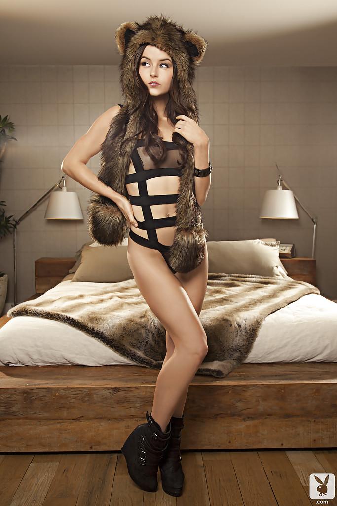 Молодая модель очень красиво позирует для журнала