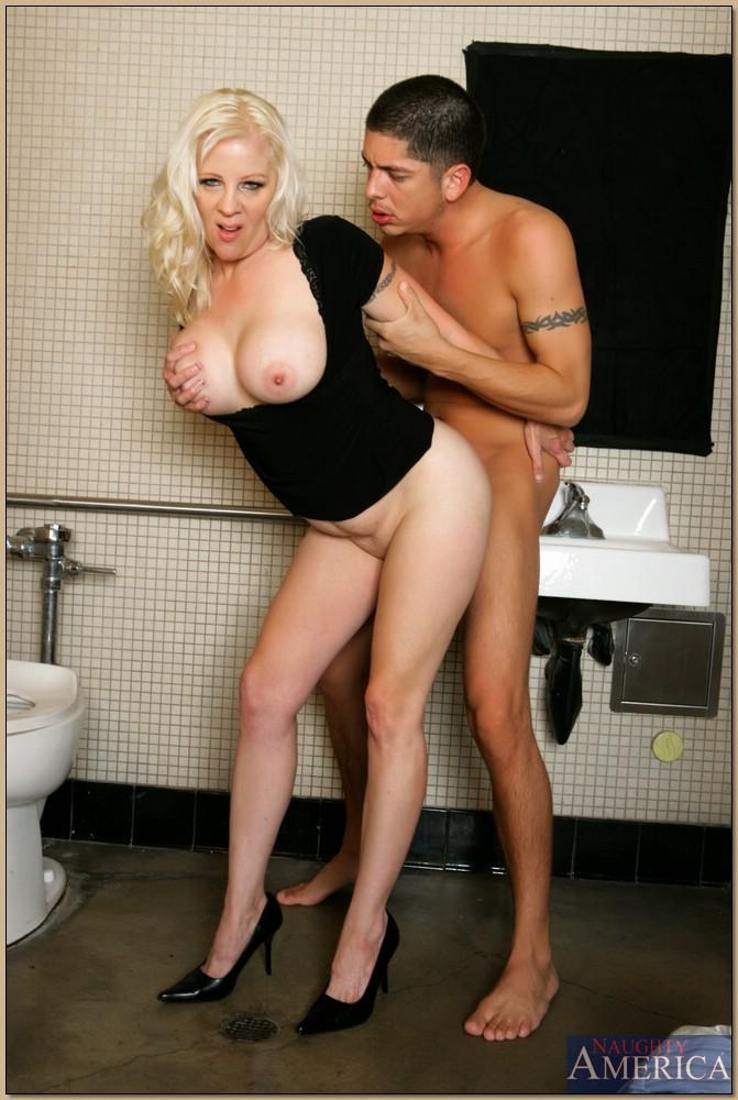 Молодой парень стоя трахает пьяную тетку в туалете бара