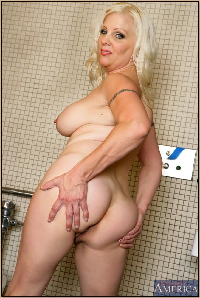 Жирная женщина выбрала не лучшее место для фото сессии